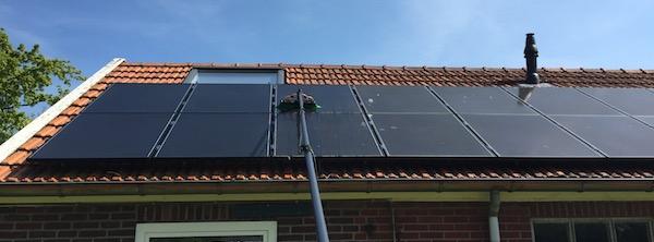 https://www.groothuisdienstverlening.nl/wp-content/uploads/2018/04/zonnepanelen-wassen-dmv-telewash-systeem.jpg